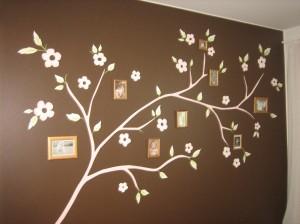 Asuntomessuilla sisustustarroista ja valokuvista tehty sukupuu-tyylinen taideteos